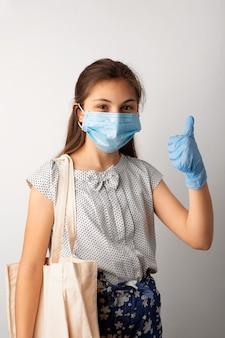 Маленькая девочка делает покупки во время пандемии