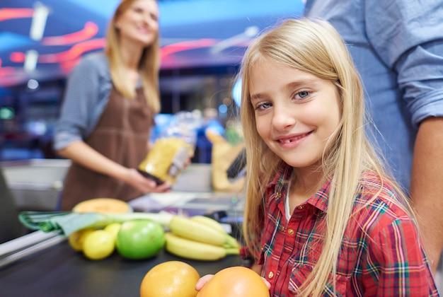 買い物を手伝っている小さな女の子