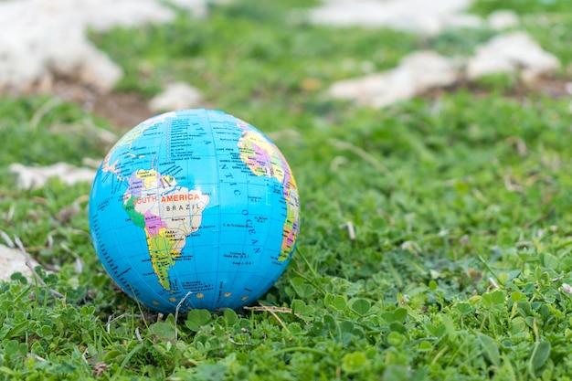 Маленький глобус в траве
