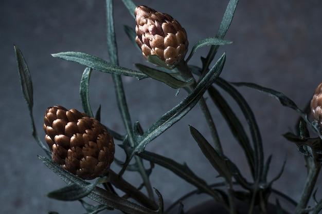 Маленькие золотые полевые цветы на сером фоне