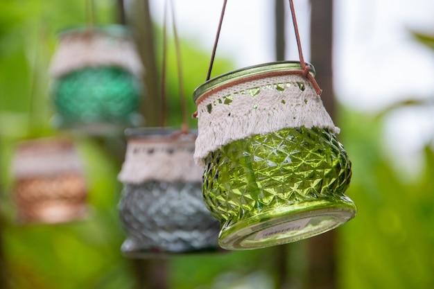 리우데 자네이루의 수제 양초를위한 작은 녹색 촛대.