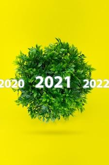 2021年の碑文のホログラムが付いた小さな緑の惑星。