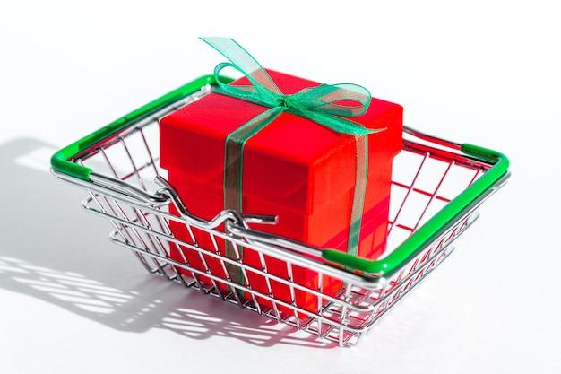화이트에 빨간 선물 상자를 가진 작은 식료품 바구니