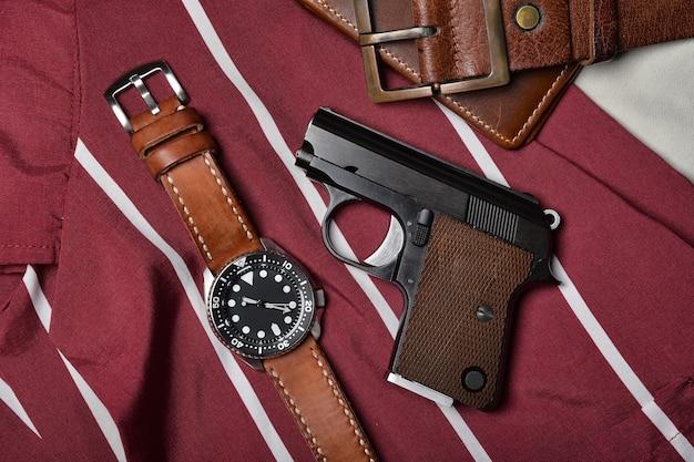 소형 총, 손목 시계가있는 .25 구경 자동 권총, 여성 자기 방어용 은폐 형 운반 권총.