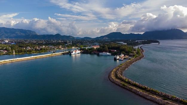 Небольшая гавань возле пляжа ули-леуэ, город банда-ачех