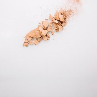 破砕されたコンパクトパウダーの小さなヒープ