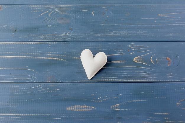 テクスチャ背景に小さなハート。愛と幸福のしるし。