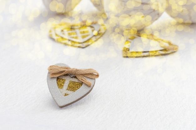 ゴールドの輝きを持つ小さな自家製カートンハート