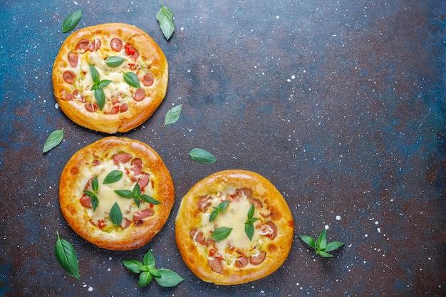 バジルで新鮮な小さな自家製ピザ。