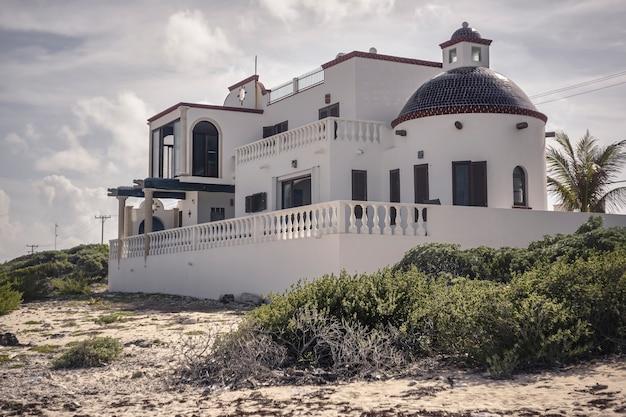 Небольшой дом, построенный на одном из пляжей исла-мухерес в мексике.