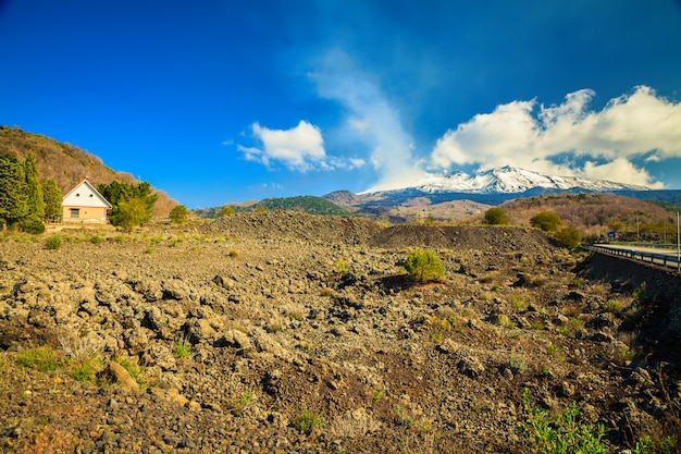 Домик возле вулкана этна