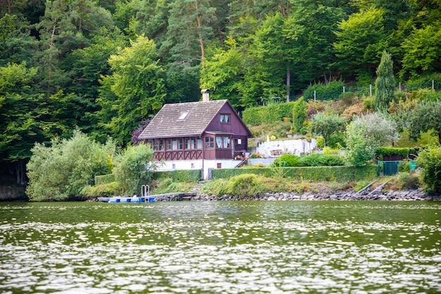 スラピ湖ボヘミアチェコ共和国ヨーロッパの小さな家