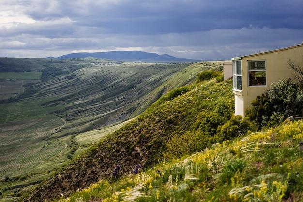 높은 절벽을 배경으로 한 작은 집