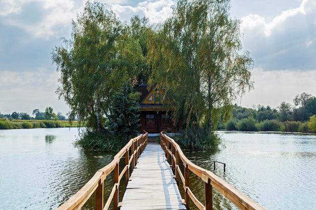 작은 집 하나의 섬 풍경 호수에 집에 다리와 오래 된 목조
