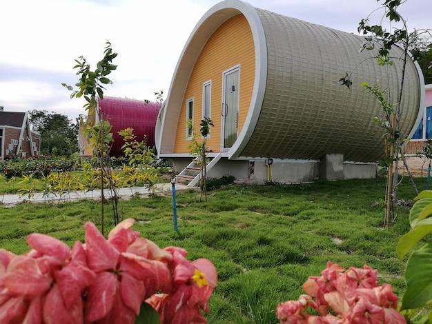 木製の柱ポーチを備えた小さな家