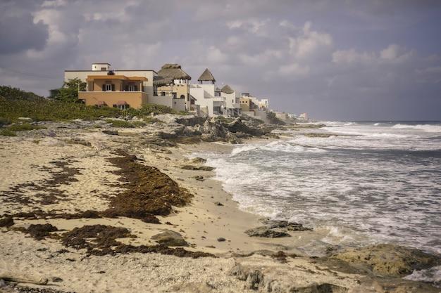 Небольшие домики, построенные на одном из пляжей исла-мухерес в мексике.
