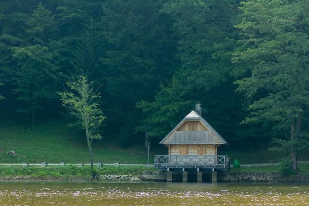 クロアチア、トラコスカンの近くの森の湖の近くの小さな小屋