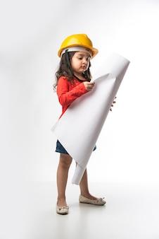 노란색 하드 모자와 드로잉 종이 롤 또는 계획을 가진 작은 인도 소녀 엔지니어, 흰색 배경 위에 격리