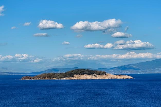 ギリシャのオリンピアダ村近くの海に浮かぶ小さな島