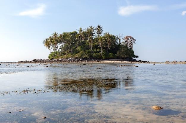 自然の背景に青い海と青い空の背景画像の小さな島