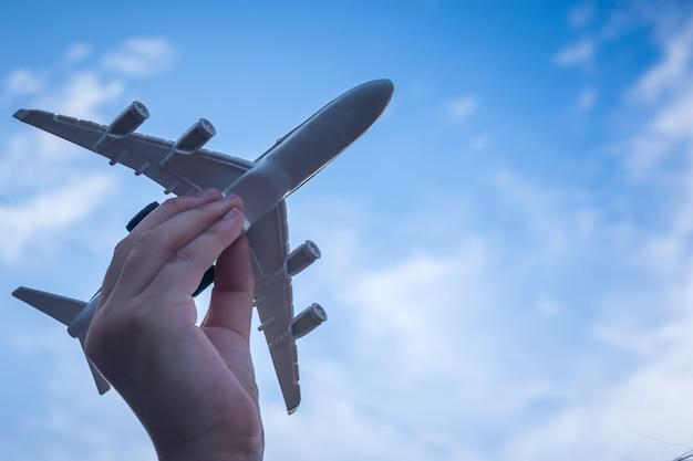 작은 아이 손을 잡고 비행기
