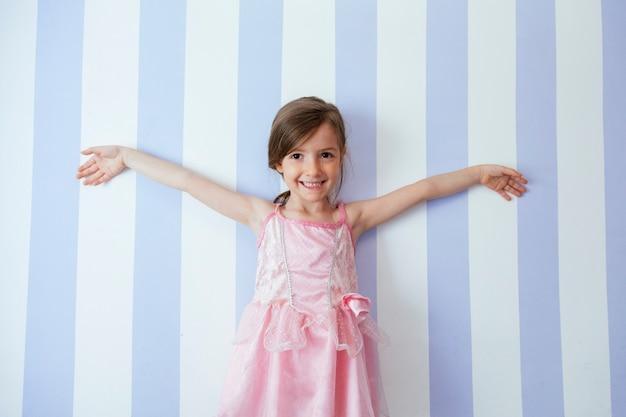 Маленький ребенок рад быть одетым как балерина
