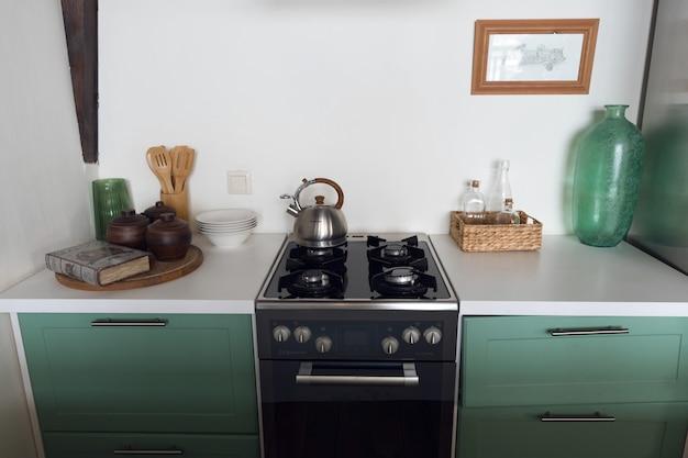 작은 주방 인테리어, 청록색의 세련된 주방. 고품질 사진