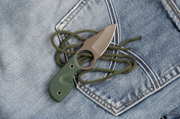 ジーンズに小さなナイフとロープ