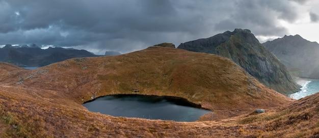 Небольшое озеро среди гор на пляже квальвика, вид с горы ритен в осеннее время