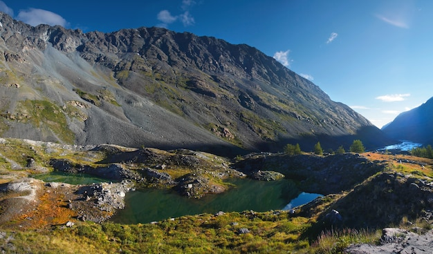 Небольшое озеро в горной долине летним утром
