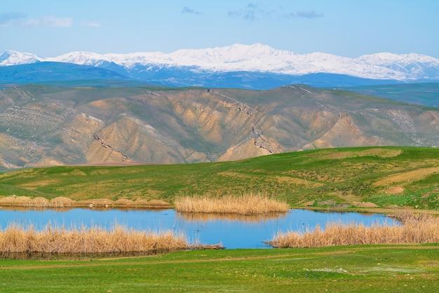 Небольшое озеро в горной долине