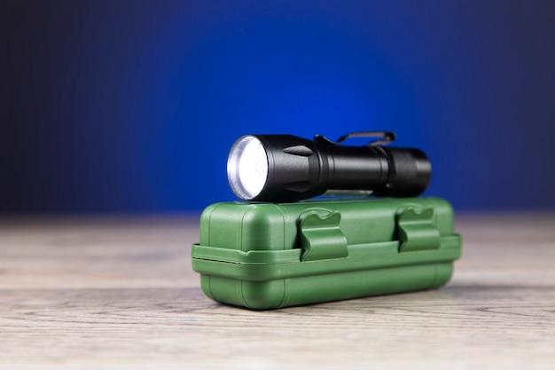어둠에 녹색 상자에 작은 랜 턴