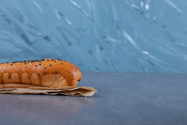 Небольшой лаваш и хлеб на мраморном столе.