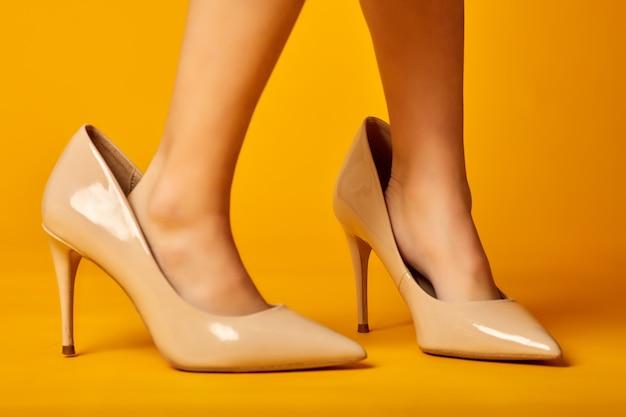 Маленькие ножки в больших маминых туфлях на желтом