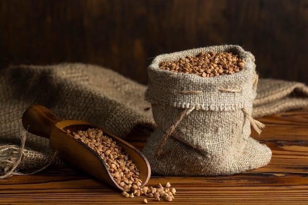 Небольшой льняной мешочек с сырой гречкой - концепция здорового питания