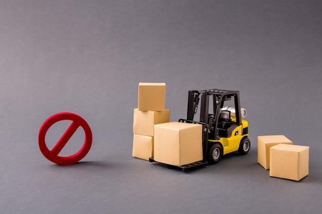 Небольшой погрузчик привозит вещи большие коробки перевозка запрещена