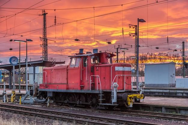 Небольшой локомотив на станции карлсруэ в германии