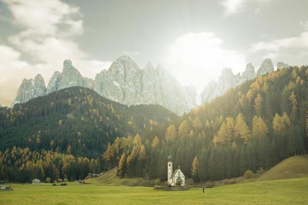 자연 가을 시즌이 있는 dolomite mountian 근처의 작은 사랑스러운 교회.