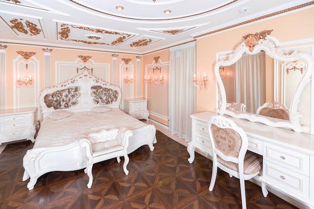 세련된 옛 바로크 스타일의 욕조와 값 비싼 가구가있는 작은 고급 침실.