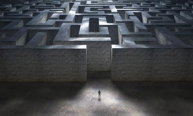 Маленький человек входит в огромный загадочный лабиринт