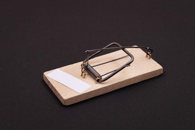 Маленькая бумага для заметок в деревянном шаблоне мышеловки