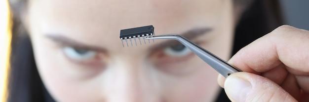 여자의 머리 인간 마이크로 칩 임플란트 개념 앞의 작은 마이크로 회로 칩