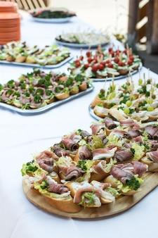 Маленькие открытые бутерброды на вечеринке в саду