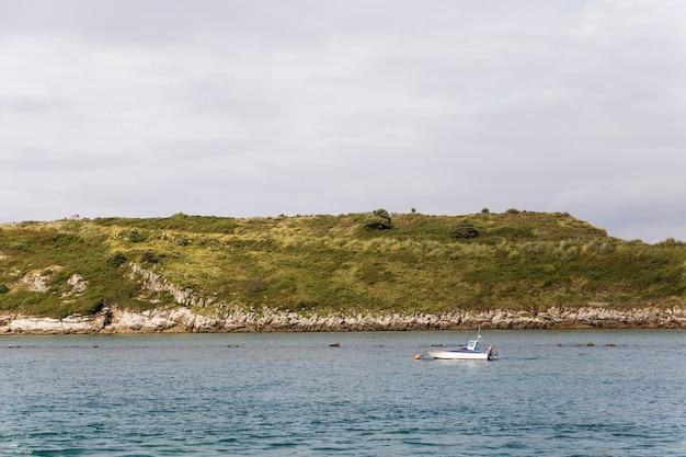 Небольшая подвесная моторная лодка на озере
