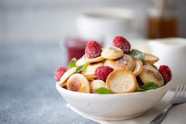 Блинчики с ягодами, вареньем и сахарной пудрой