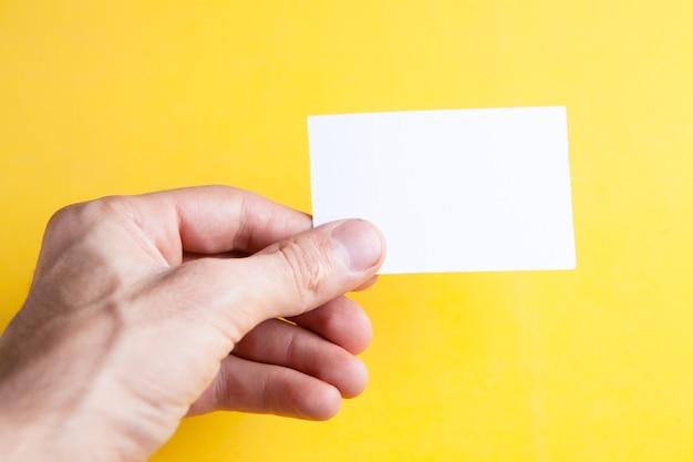 メモ用のテーブルの上の小さな紙