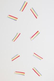 小さな紙の虹がテーブルの上に散らばって