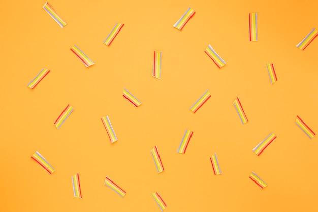 黄色いテーブルの上に散らばって小さな紙の虹