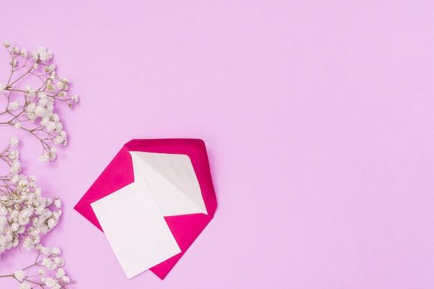 Маленькая бумага с конвертом и цветочными ветками Бесплатные Фотографии