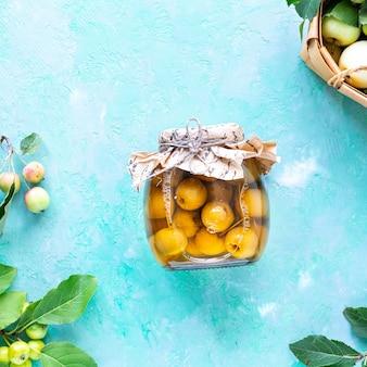 Яблоки райские яблочки в сахарном сиропе. сбор осеннего урожая. варенье из райских яблок. вид сверху. скопируйте пространство.